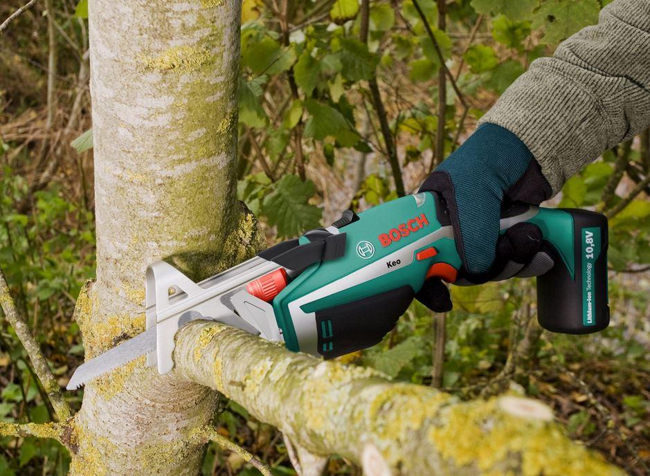 Легкая сабельная электропила применяется как для дачи, так и в домашнем строительстве.