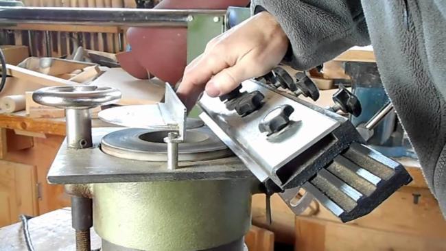 заточка ножа электрорубанка требует внимательности и осторожности при работе с заточным инструментом