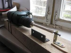 При наличии умелых рук и материала, токарный станок из дрели можно изготовить за выходные.