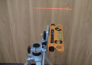 Лазерный уровень закреплен на штативе