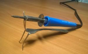 Подставка для паяльника из алюминиевой вилки