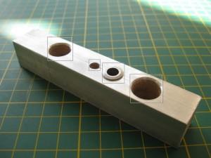 В алюминиевых уголках просверлены отверстия