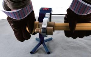 правильно паять трубы в защитных перчатках