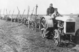 трактор на металлических колесах
