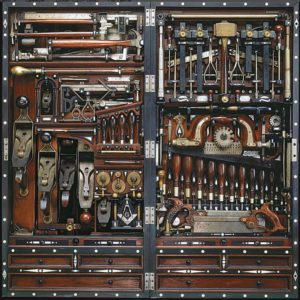 ящик с антикварным инструментом