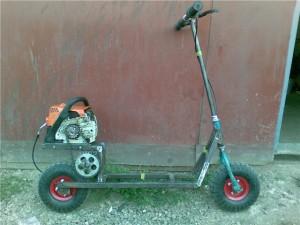 Самокат и двигатель от бензопилы