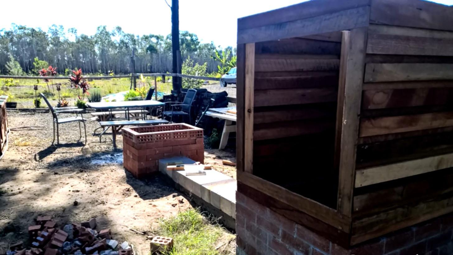 осталось сделать крышу и дверцу для кабинки копчения