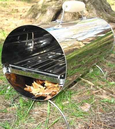 Цилиндрическая коптильня выполнена в виде трубы из нержавеющей стали