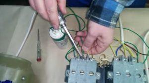 подключаем фазосдвигающий конденсатор