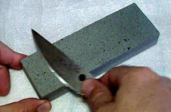 точит нож бруском