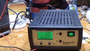 выставить ток на зарядном устройстве