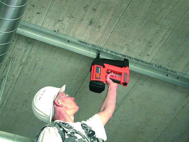 забивка дюбелей в потолок строительным пистолетом