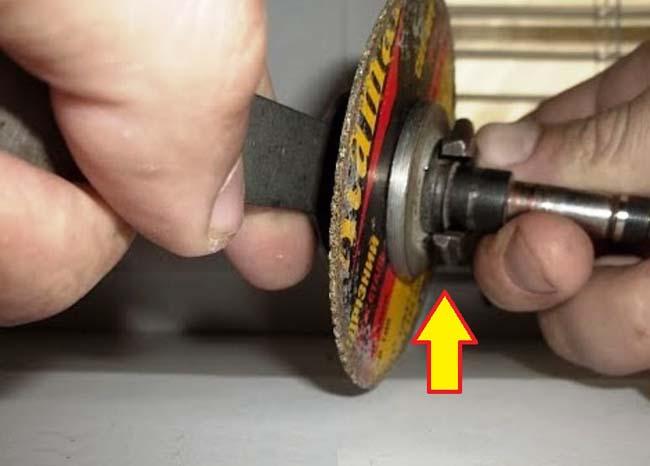 снимаем диск с болгарки с помошью ключа