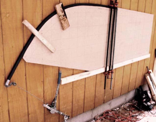 квадратная труба закреплена на шаблоне