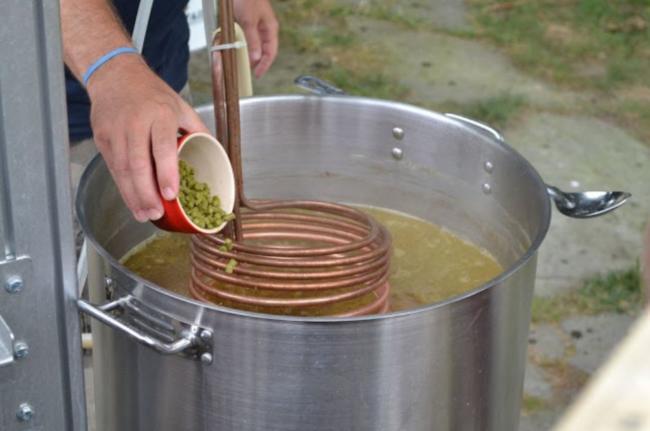 сваренное сусло охлаждаем самодельным чиллером