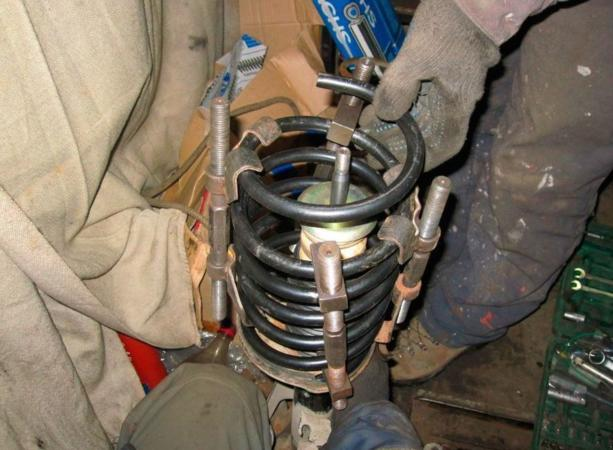 Механический съемник пружин с резьбовым приводом