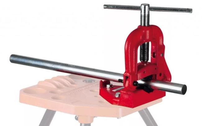 тиски для фиксации трубы во время нарезания резьбы