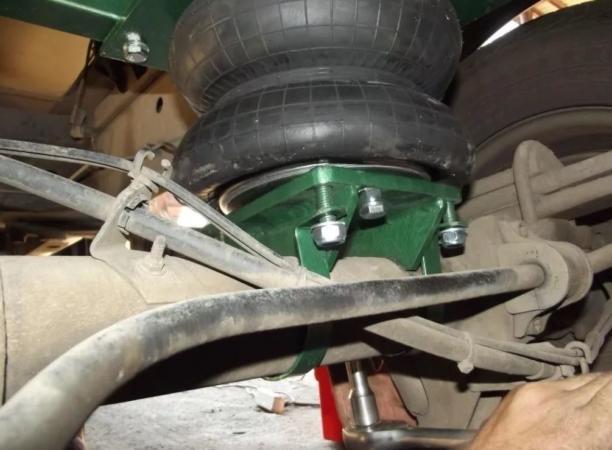 применение пневматического домкрата при ремонте автомобиля