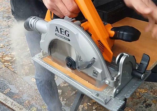 циркулярная пила ручная AEG с патрубком для подсоединения системы пылеудаления