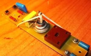 На пластине ДСП размещается регулятор мощности