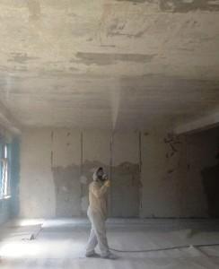 Маляр белит потолок ручным краскопультом