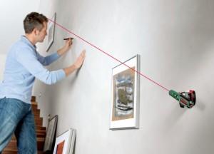 Лазерный уровень крепится на стене