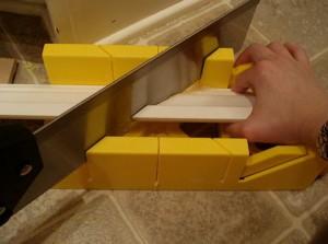 режем потолочный плинтус в стусле