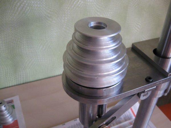 шкив вращает шпиндель с инструментом