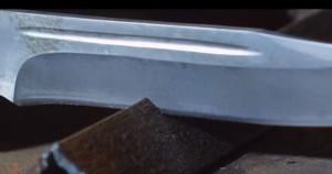 нож рубит металл