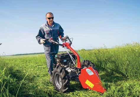 мотоблок косит траву