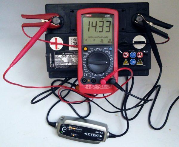 определение заряда аккумулятора мультиметром