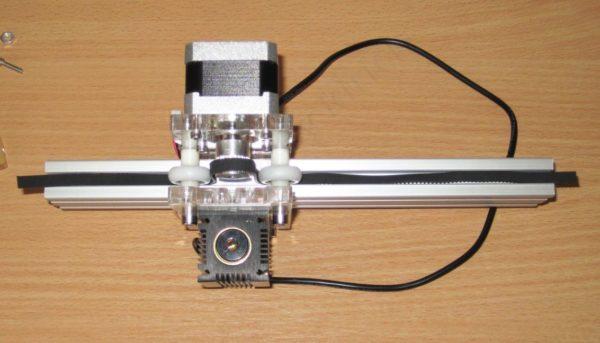 шаговый двигатель на направляющей