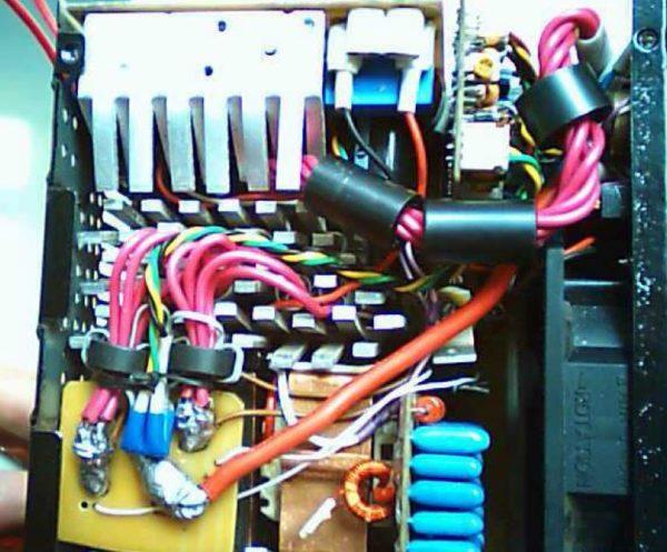 выходные кабели уложены в ферритовые трубки