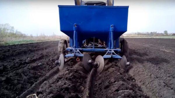работа картофелесажалки в поле