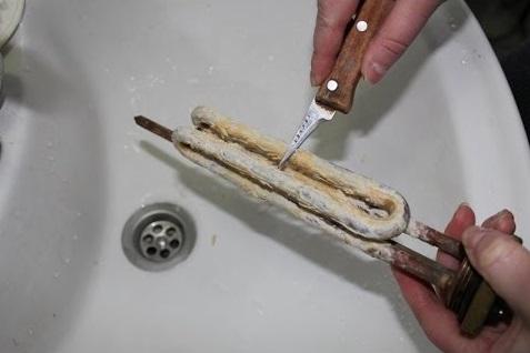 удаление накипи с тэна ножом