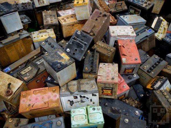 свалка старых автомобильных аккумуляторов
