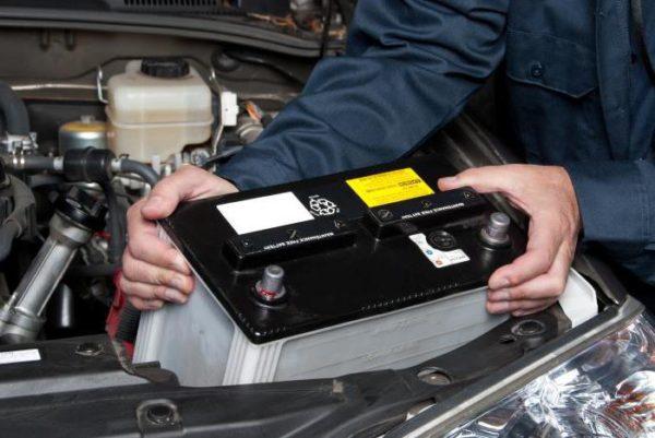установка нового аккумулятора в автомобиль
