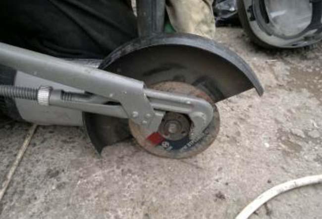 снять диск с болгарки можно газовым ключом