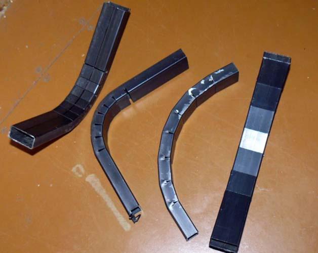 квадратные трубы согнуты под разным углом с помощью секторной сварки