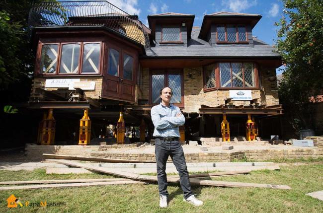 дом поднят на гидравлических домкратах