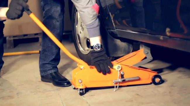 подъем автомобиля подкатным домкратом