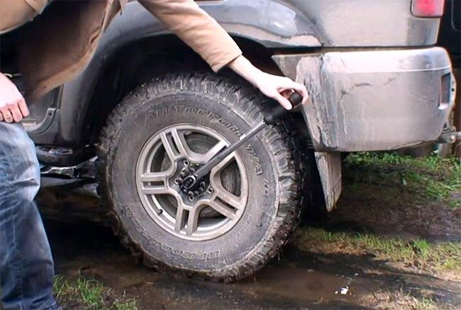 закручивание болтов колеса автомобиля динамометрическим ключом