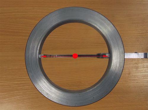 симметрично и перпендикулярно оси отверстия